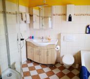 Waschtisch und WC