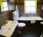 Waschplatz, Badewanne, Hänge-WC